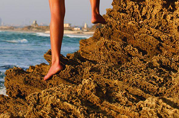 עירומה על סלעי הים