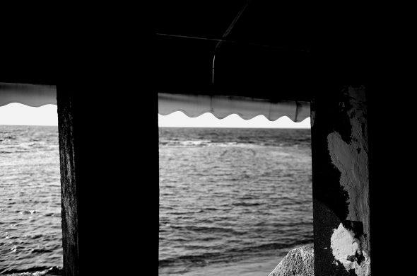 חלון פונה לים בשחור לבן
