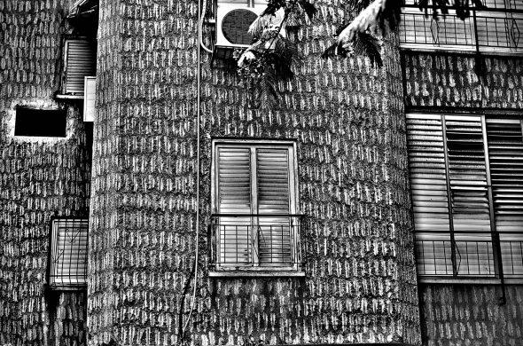 חלון עם קיר שחור לבן