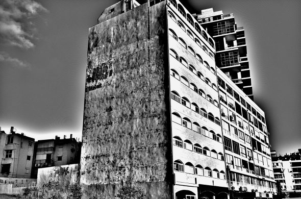 בנין שחור לבן