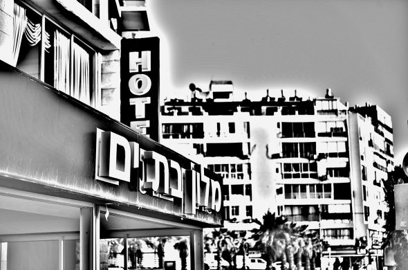 מלון בת ים שחור לבן