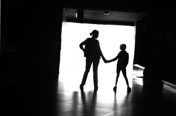 אשה וילד בשחור לבן