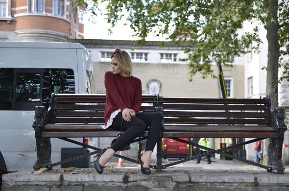 אשה על ספסל