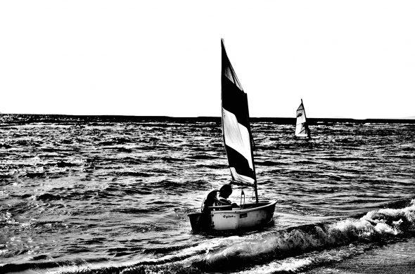 סירה עם דגל ישראל בשחור לבן