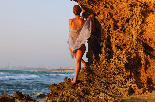 אשה על סלעי הים